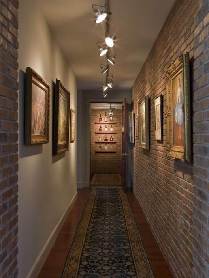 quadros para corredor rústico decorado com parede de tijolinho Foto Ariyona Interior