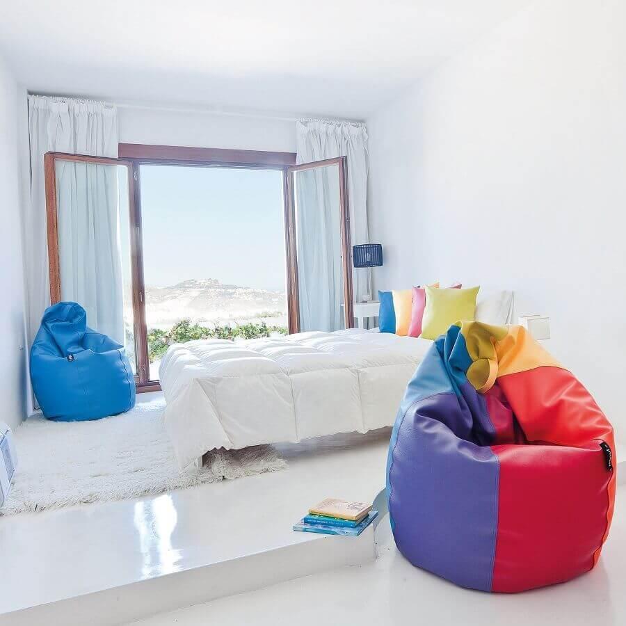 quarto branco decorado com puff fofão colorido Foto Pinterest