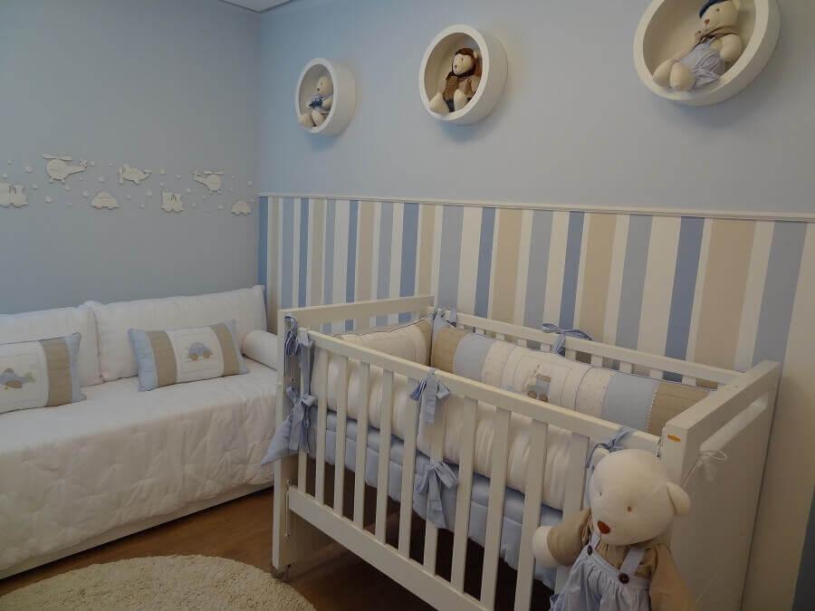 quarto de bebê azul claro decorado com nicho redondo e papel de parede listrado Foto Pinterest