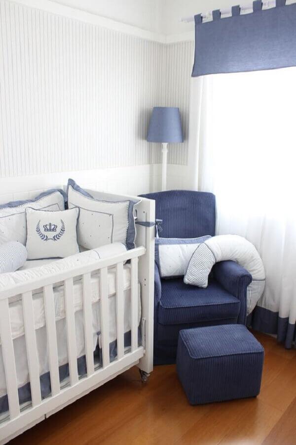 quarto de bebê azul e branco decorado com papel de parede listrado delicado Foto Lilibee
