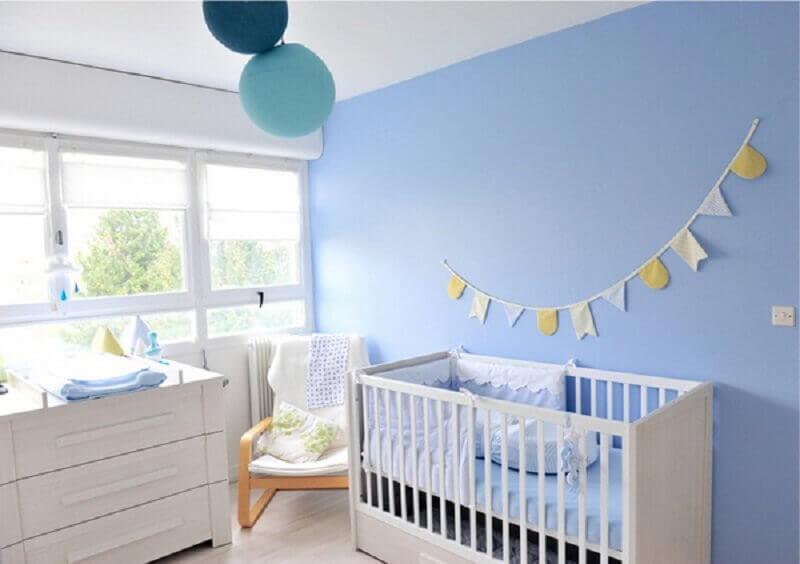 quarto de bebê azul e branco decorado com varal de bandeirinha Foto Pinterest