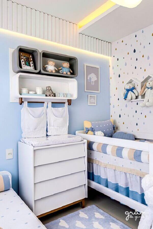 quarto de bebê azul e branco pequeno decorado com papel de parede com gotas coloridas Foto Grão de Gente