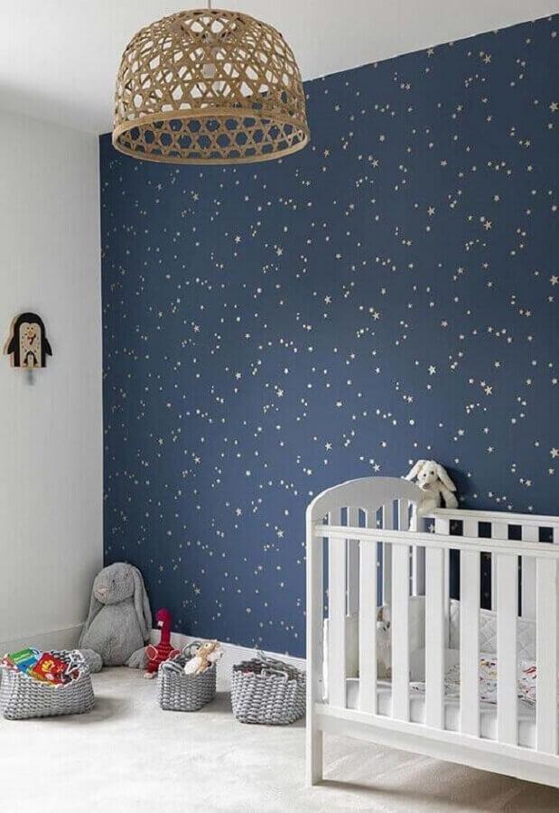 quarto de bebê azul marinho e branco decorado com papel de parede de estrelinhas Foto Arkpad