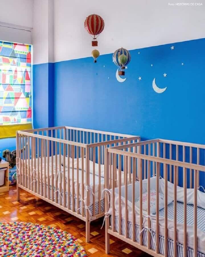 quarto de bebê simples azul royal decorado com berços de madeira  Foto Histórias de Casa