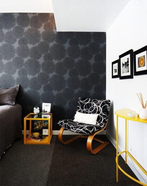 Quarto decorado com papel de parede preto