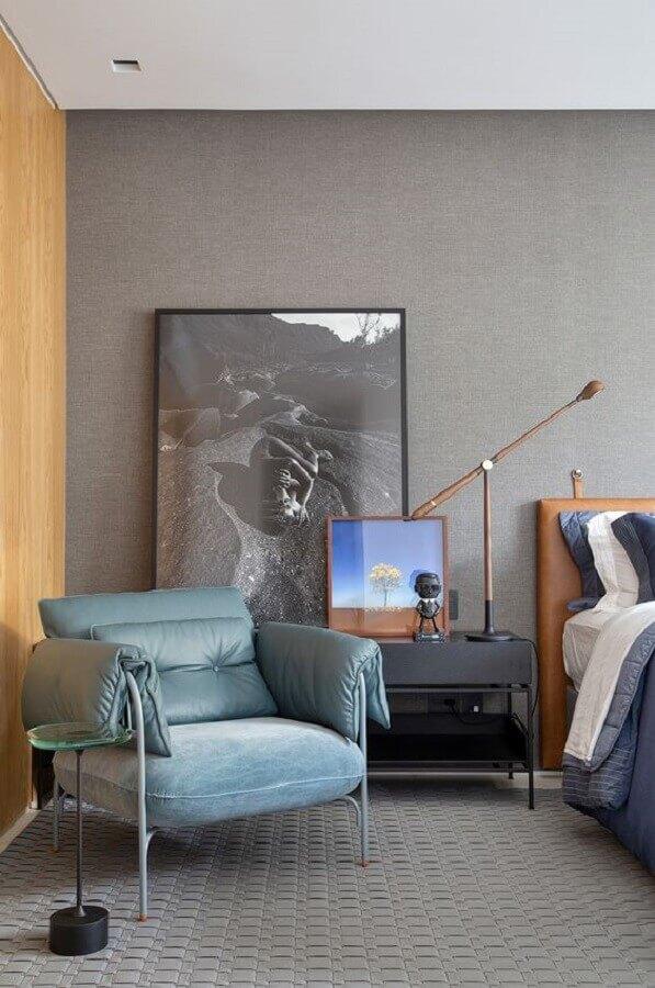 quarto moderno decorado com poltrona de couro cinza e cabeceira de couro marrom Foto Casa de Valentina