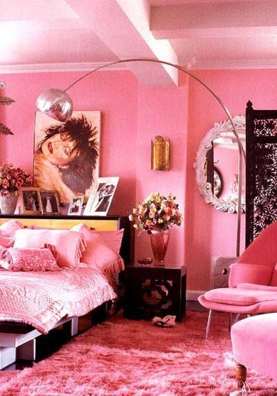 Quarto monocromático com detalhes em rosa pink