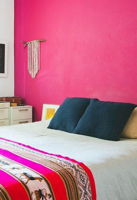 Parede rosa pink com almofadas azuis