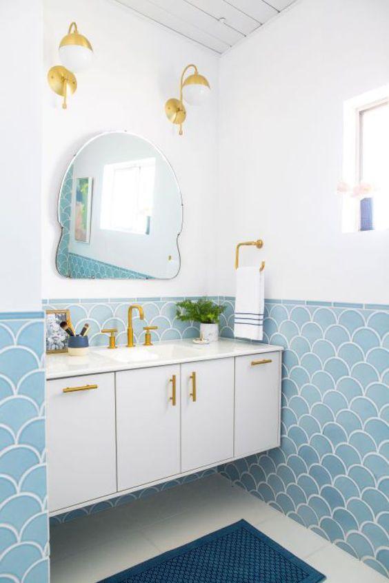 Revestimento azul no banheiro branco em tons suaves