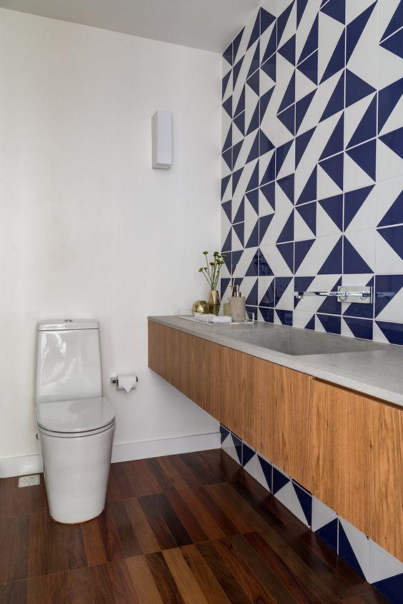 Lavabo com papel de parede geométrico azul