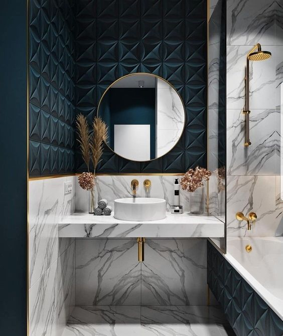 Revestimento azul marinho com detalhes em dourado no banheiro