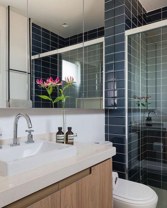Banheiro azul moderno