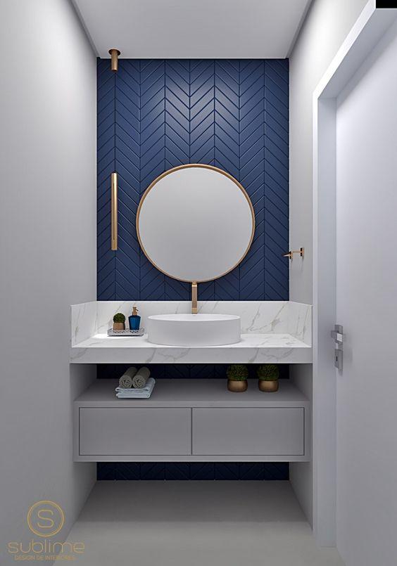 Escolha uma parede para destacar o revestimento azul para banheiro branco