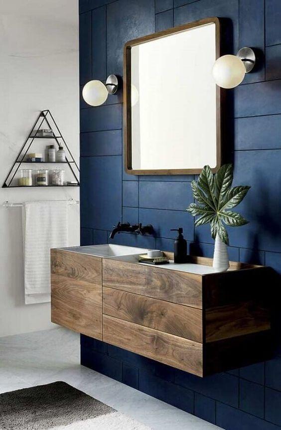 Aposte no revestimento azul para seu banheiro moderno