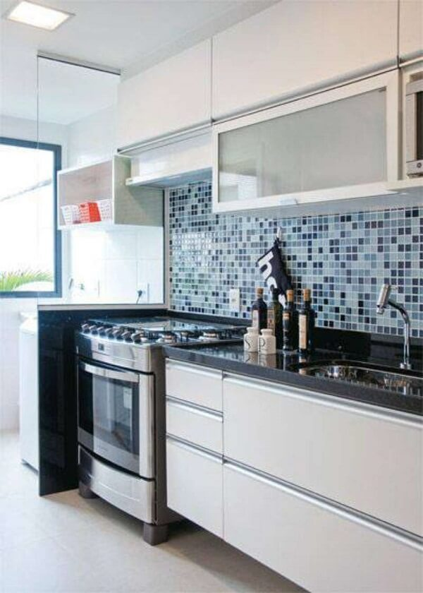 Aposte na cozinha branca com revestimento azul