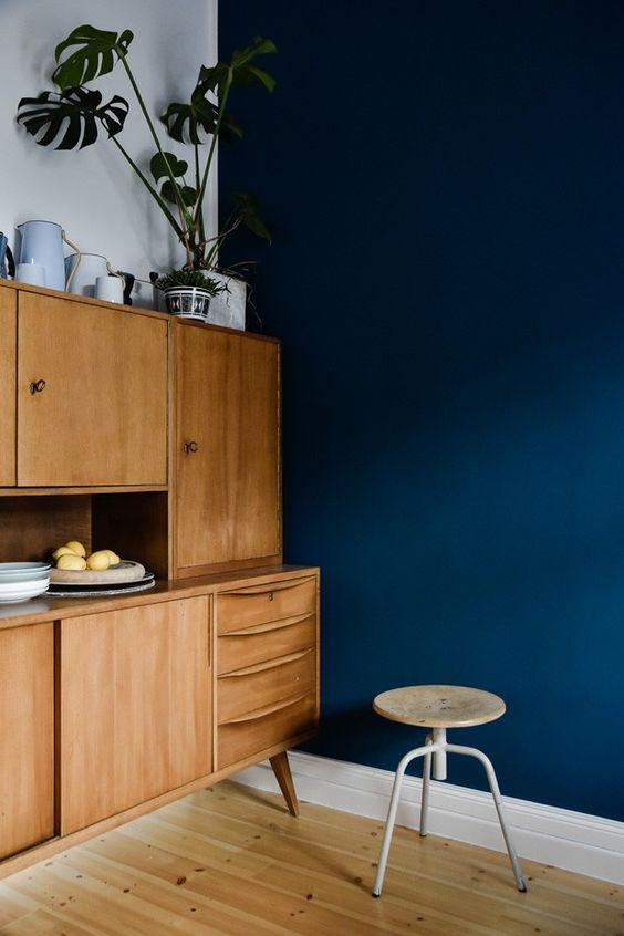 Cozinha com parede azul marinho moderna