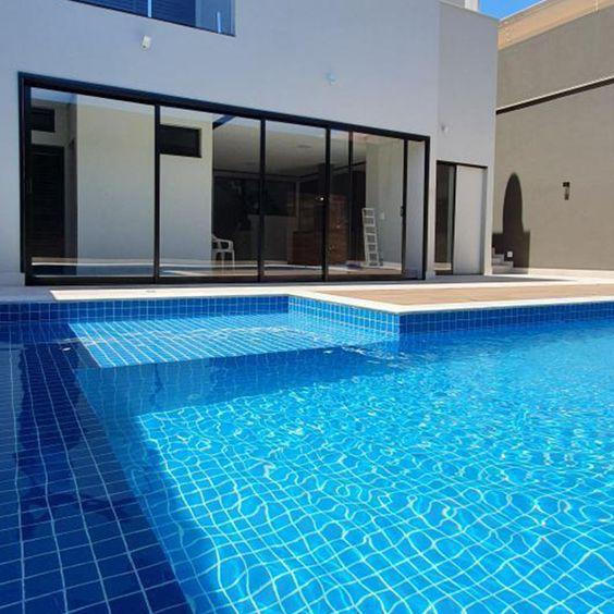 Revestimento azul para piscina grande e bonita