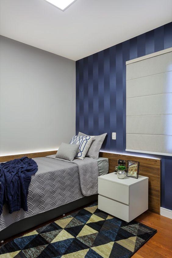 Quarto com papel de parede azul