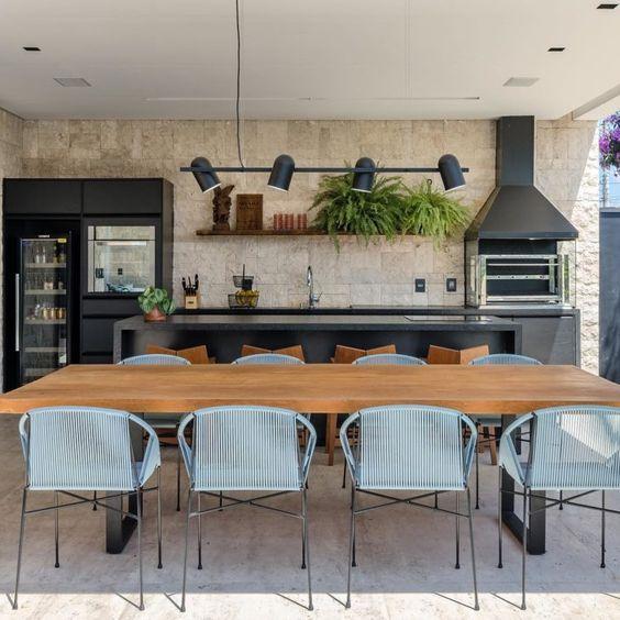 Revestimento para área gourmet com mesa de madeira