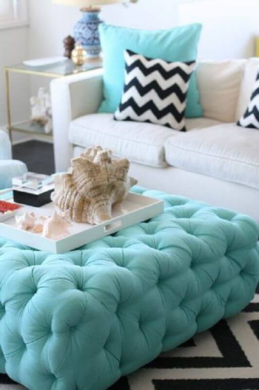 sala branca decorada com puff quadrado colorido azul turquesa Foto Fashionismo