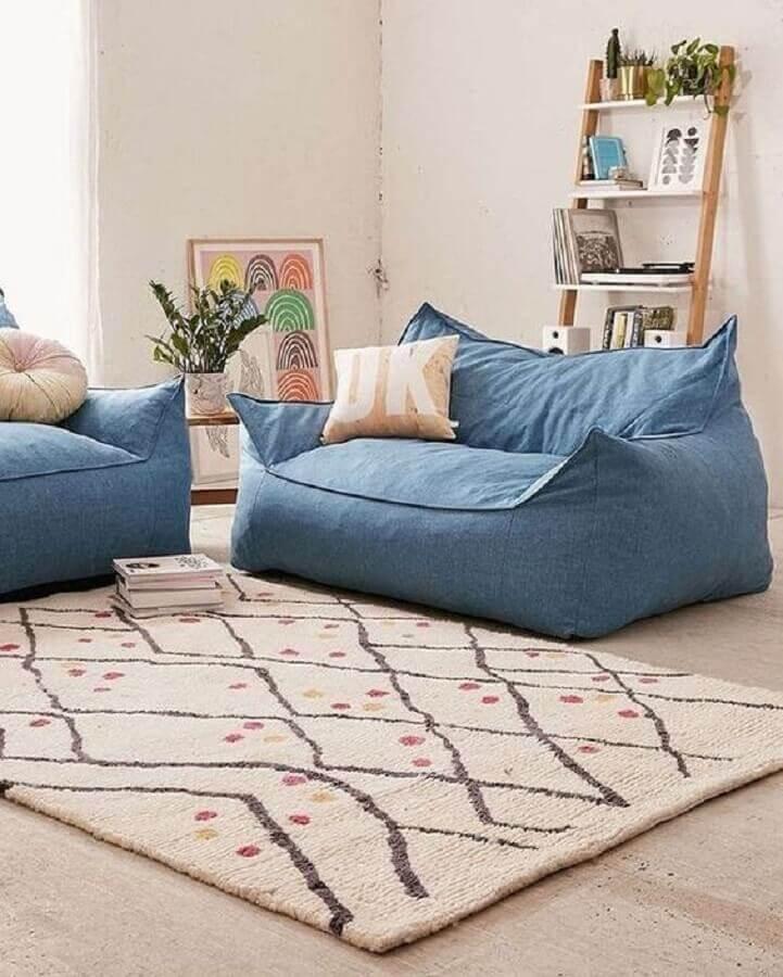 sala branca simples decorada com puff fofão colorido azul Foto Pinterest