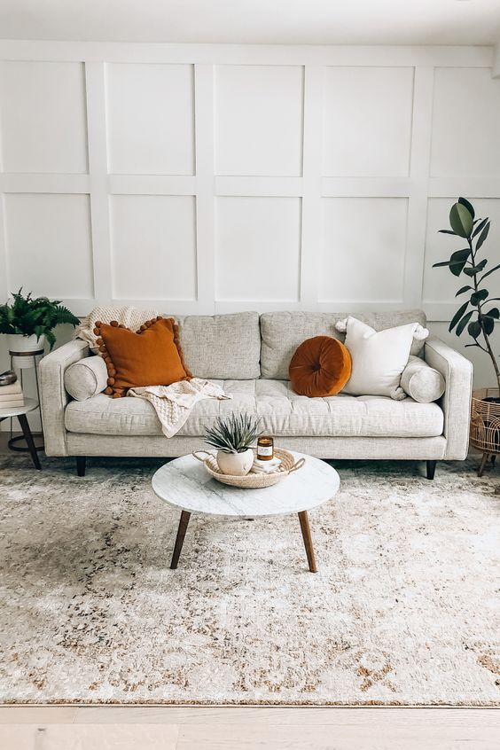 Sala neutra com tapete grande