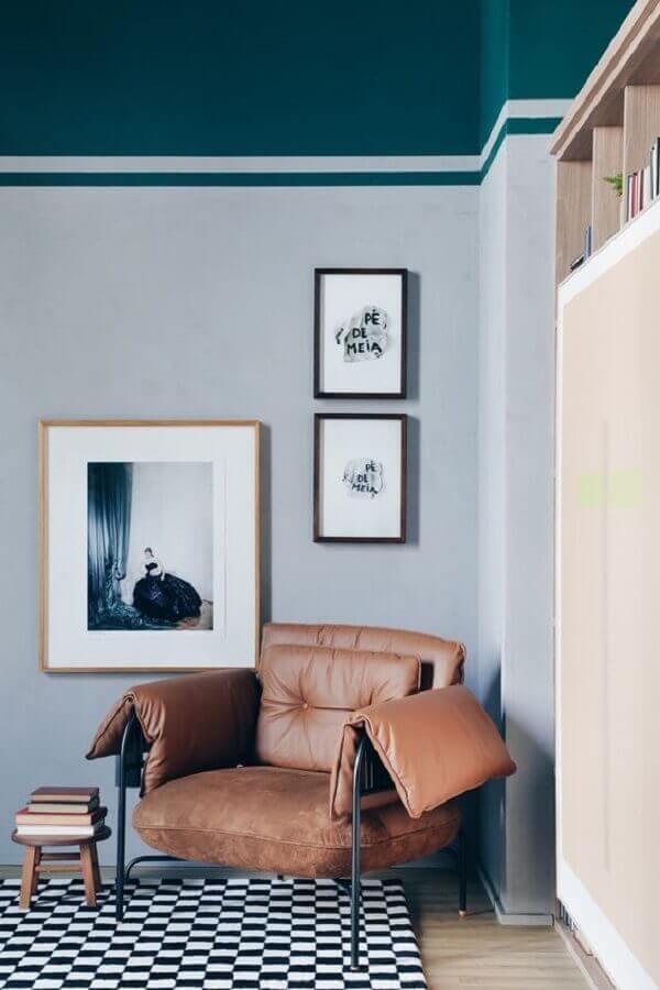 sala cinza decorada com tapete preto e branco e poltrona de couro confortável Foto Apartamento 203