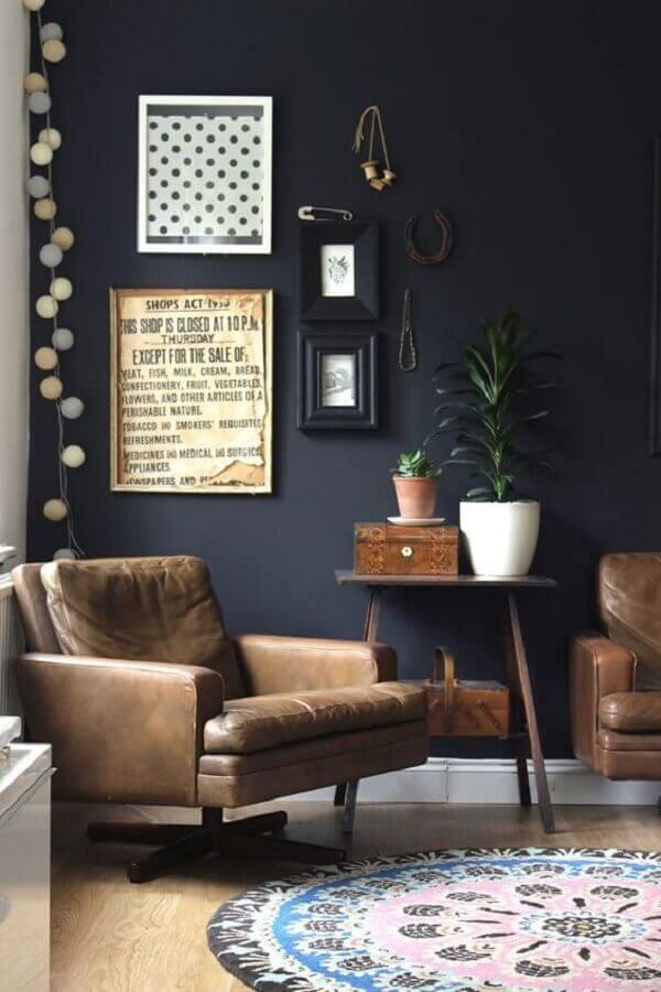 sala com parede preta decorada com poltrona de couro marrom Foto Pinterest