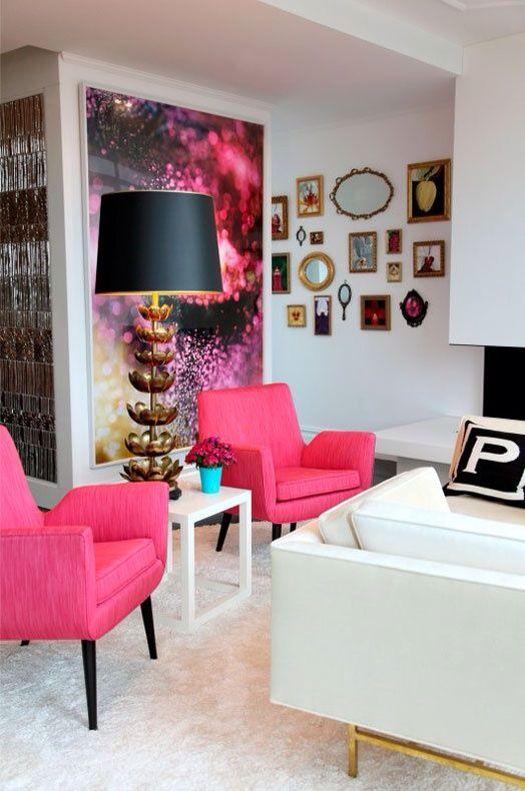 Sala com poltrona rosa pink