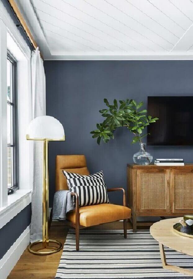 sala de TV cinza decorada com poltrona de couro e madeira Foto Pinterest