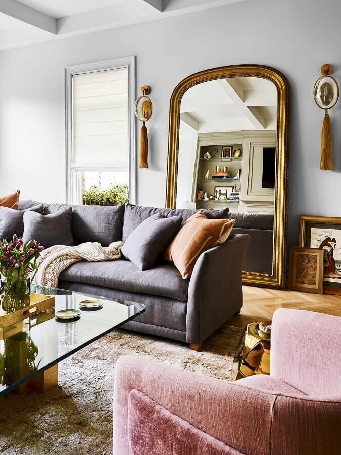 sala de estar decorada com sofá cinza e espelho de chão com moldura Foto Pufik Homes