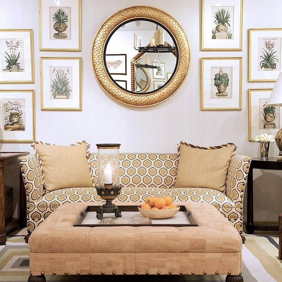 sala de estar decorada com vários quadros e espelho redondo com moldura dourada Foto Faria Palace