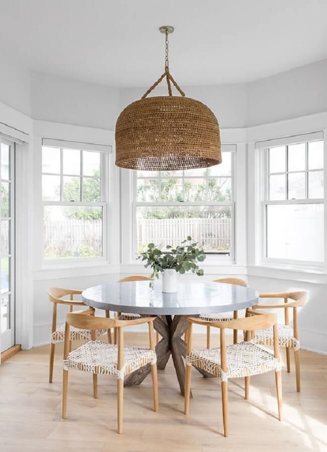 sala de jantar branca decorada com cadeiras de madeira e luminária rústica de teto redonda Foto PUFIK Interiors & Inspirations