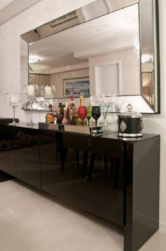 sala de jantar decorada com buffet preto e espelho com moldura espelhada Foto Geize Felipetto