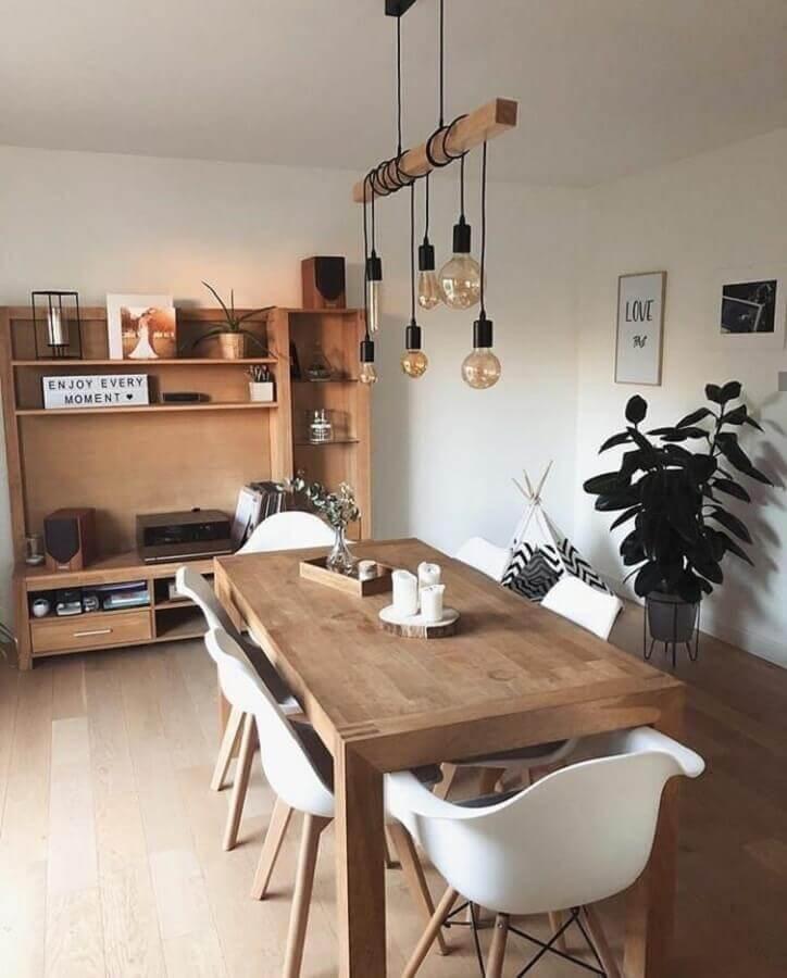 sala de jantar decorada com cadeiras brancas e luminária pendente rústica Foto Meu Apê 204