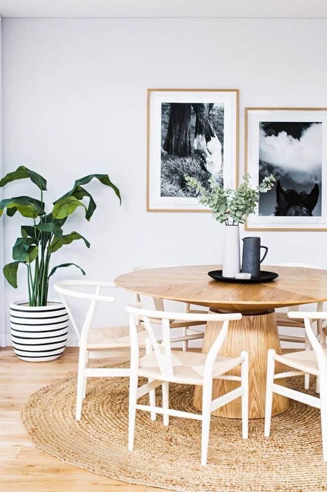 Sala de jantar decorada com tapete redondo