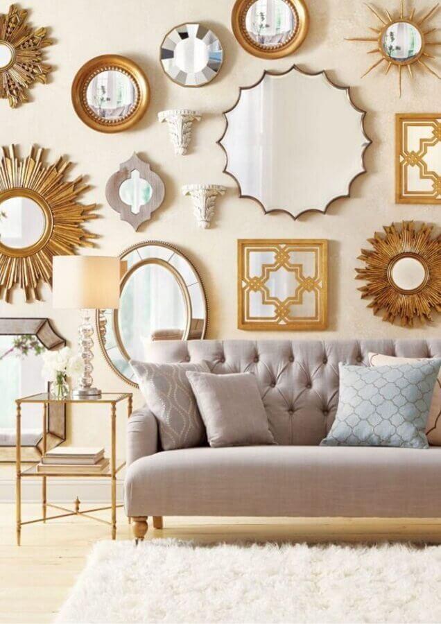 sala decorada com vários espelhos decorativos com moldura diferentes Foto Pinterest