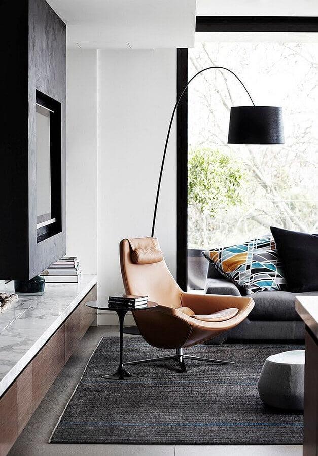 sala moderna decorada com poltrona para leitura confortável Foto Deavita