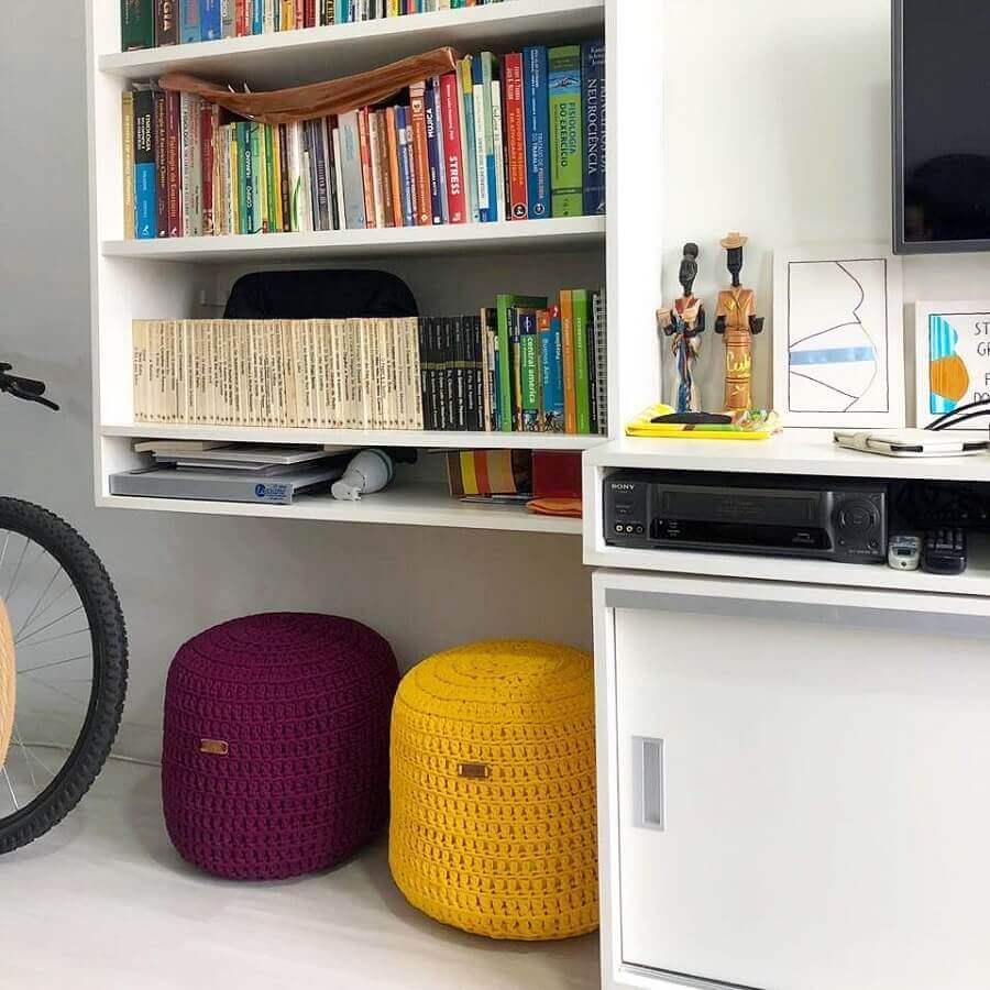 sala planejada branca decorada com puff redondo colorido Foto Trapilho Design