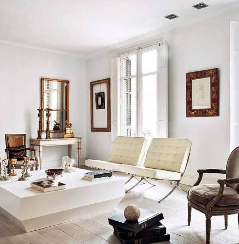 sala sofisticada decorada com poltrona de couro branco Foto Apartment Therapy