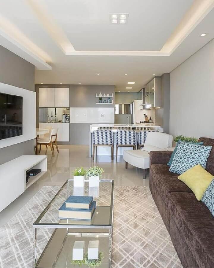 sofá marrom para casa de conceito aberto em tons de cinza Foto Jeito de Casa