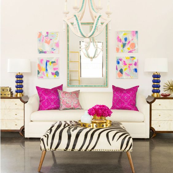 Sofá branco com almofada rosa pink