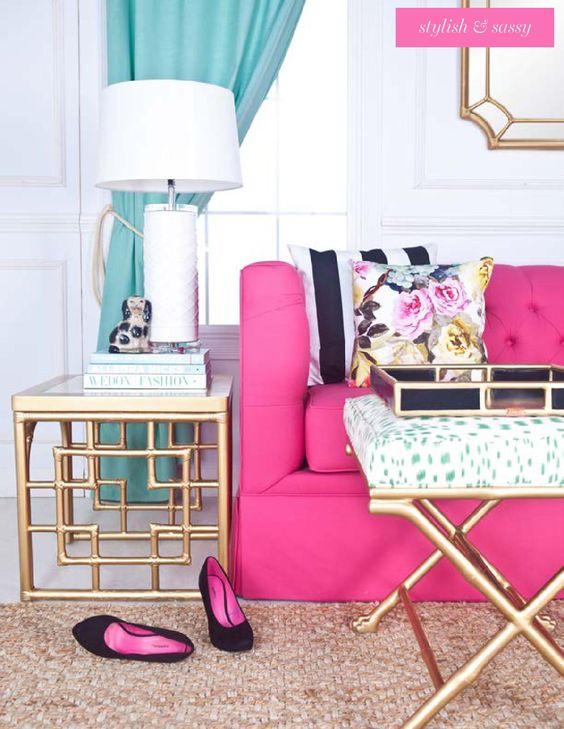 Sofá rosa pink com detalhes em verde claro na decoração