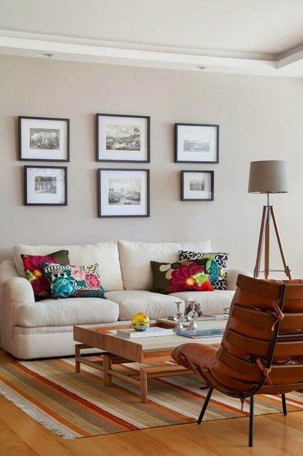 tapete listrado e almofadas coloridas para sala decorada em cores claras Foto Homify