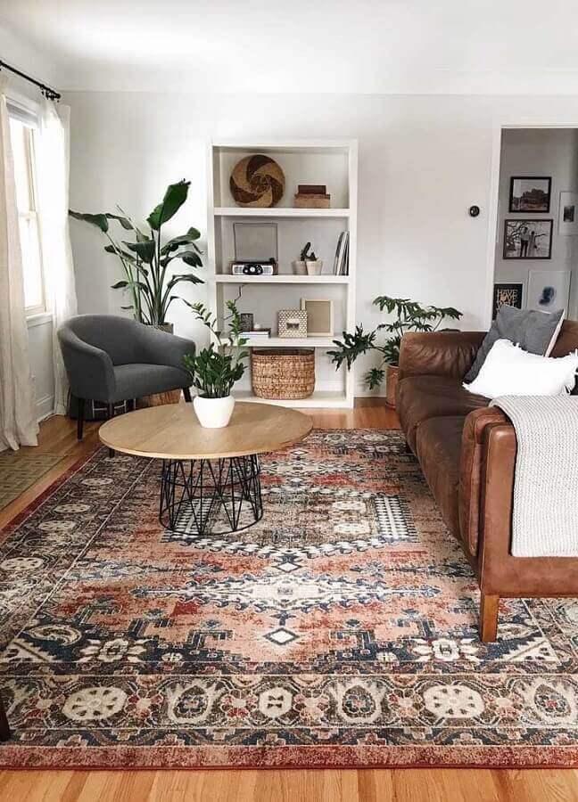 Tapetes para sala com sofá de couro