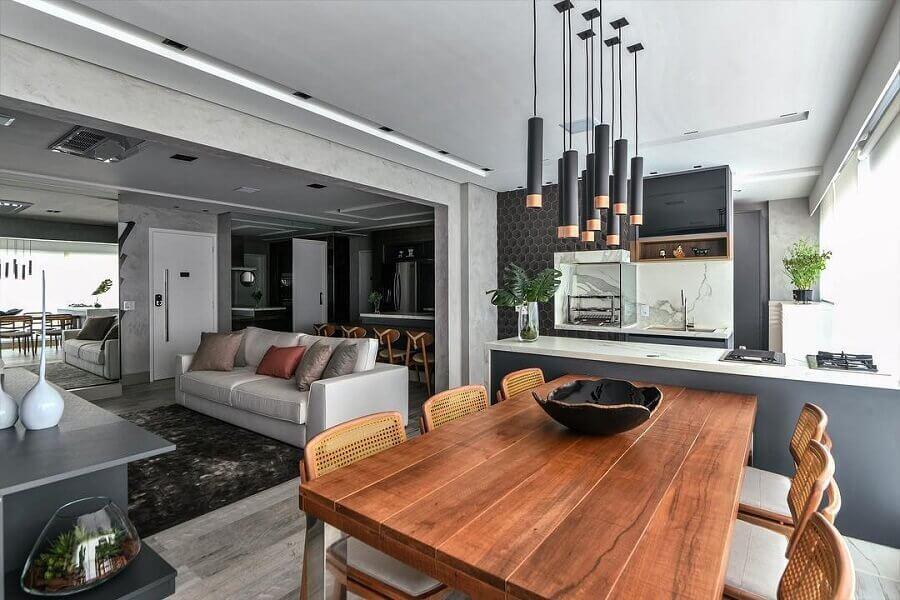 tons de cinza para casa conceito aberto moderna com mesa de madeira na varanda gourmet Foto Dicas de Mulher