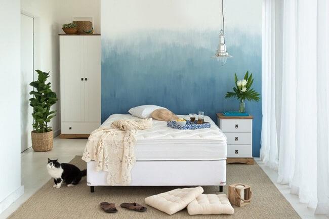 Decoração com nuances leves do azul combinados com elementos amadeirados são tendências para quartos em 2021