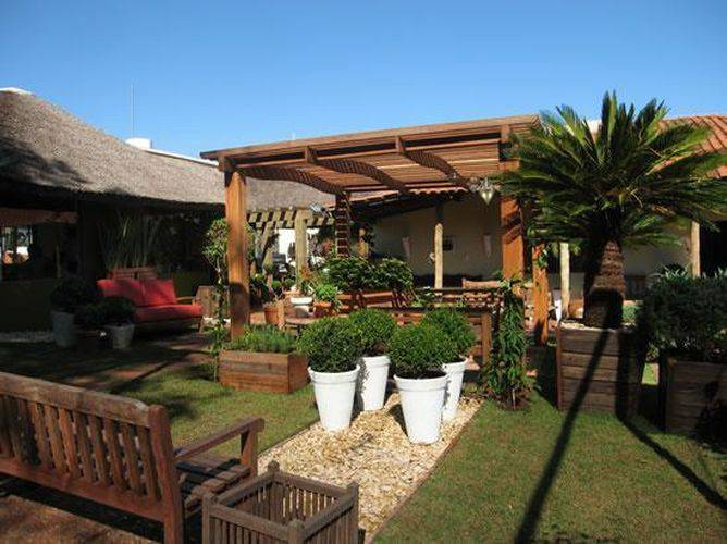 Pergolados de madeira são lindos para decorar o jardim - Via: Fernando Payao