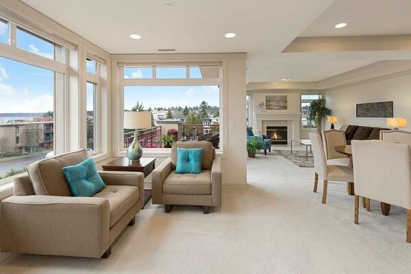 Em espaços integrados o piso funciona como elemento base e os móveis delimitam as áreas do cômodo