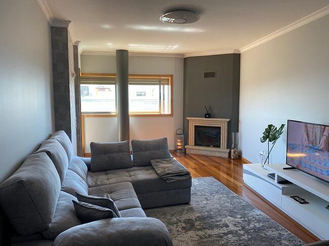 Use diferentes tons de cinza durante a pintura de seu apartamento pequeno
